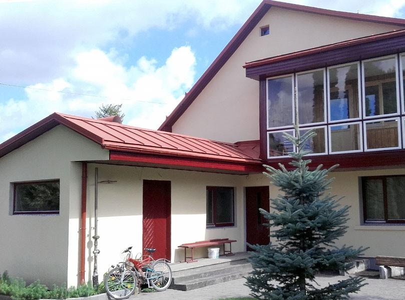 fasade-palodzu-uzstadisana-logu-montaza-ekas-siltinasana-majas-siltinasana-ar-vati